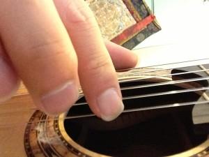 i finger back 300x225 نگرشی بر فرم ناخن ها و نقاط تماس در تولید صدا tone production