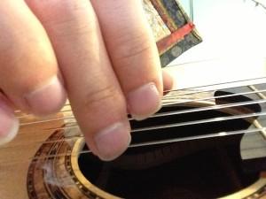 m finger back 300x225 نگرشی بر فرم ناخن ها و نقاط تماس در تولید صدا tone production